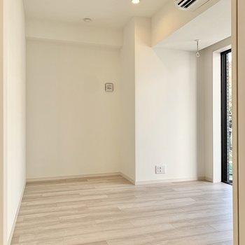 【洋室1】横に伸びるお部屋のようです。