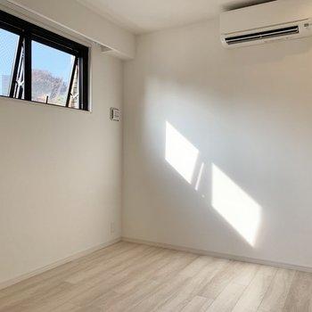 【洋室2】こちらのお部屋には小窓が並びます。