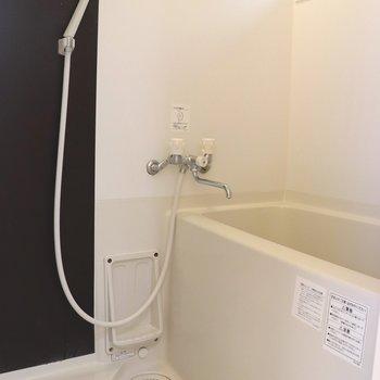 ツートンカラーの壁がオシャレなお風呂