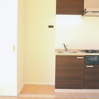 キッチン左には冷蔵庫を。隣は収納