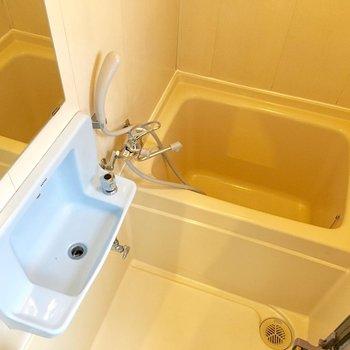 浴室は洗面台付き。外にバスマットを敷いておけば朝の準備が楽にできそう。