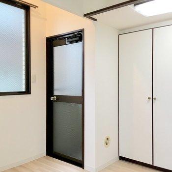 クローゼットの隣のドアはベランダに続いていますよ。