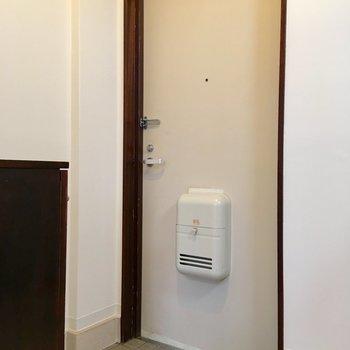 玄関はコンパクト。