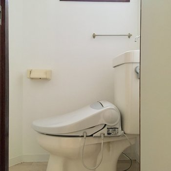 トイレには出窓が付いています。換気が効率的にできるのが嬉しいですね。