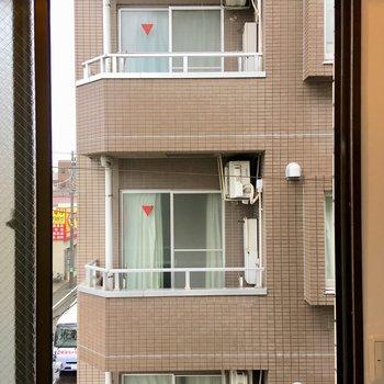 【東側窓】景観はこちら。すりガラスなので、目隠しのカーテンはさほど意識しなくても良さそう。