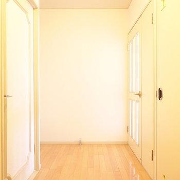 左側が洋室、右側がトイレとリビングへの扉です。
