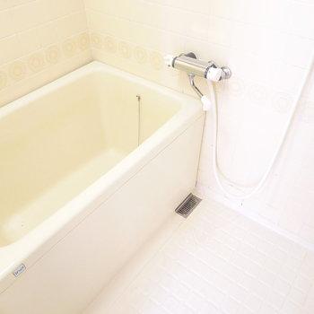 お風呂は少しレトロかな。