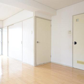 真ん中のドアの向こうが和室、右は脱衣所。