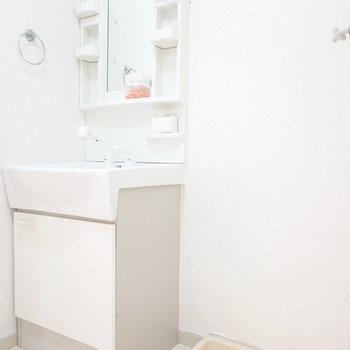 洗面台と洗濯機置き場は脱衣所にあります。