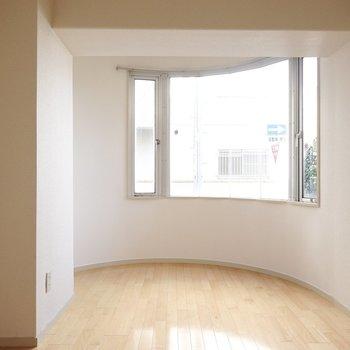 もう1室には変わった形の窓が!