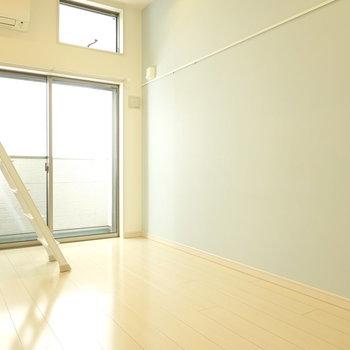 水色の壁に、白い机を合わせて。 午後のティータイムが捗りそう。