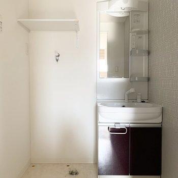 独立洗面台、左に洗濯機置場になっっています。ゆったりと広い脱衣所です◎