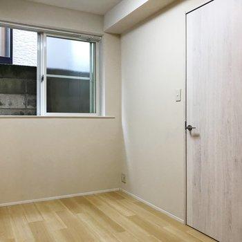 白い扉がサニタリーに繋がります。