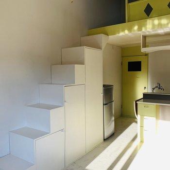 白い階段が積み木みたい!