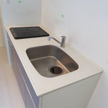 IH2口でお掃除も簡単に。右側には冷蔵庫置き場です(※写真は3階の同間取り別部屋のものです)