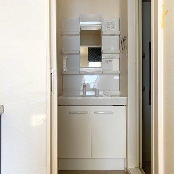 しっかりめの独立洗面台◎(※写真のお部屋は清掃前のものです)