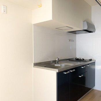 左横に冷蔵庫スペース。(※写真のお部屋は清掃前のものです)