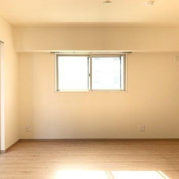 角部屋の特権、2面採光、、♥ここの窓から外を除くと、、(※写真のお部屋は清掃前のものです)