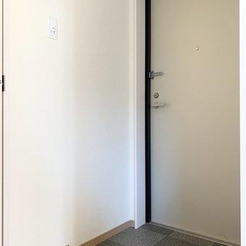 玄関はちょうどいい広さ。(※写真のお部屋は清掃前のものです)