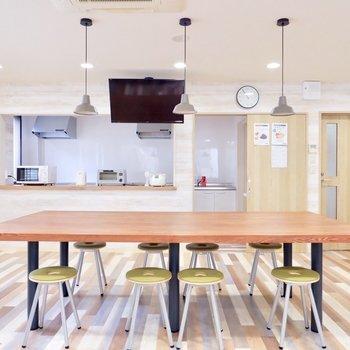 食堂兼キッチンスペースです。なにやら100円定食があるんだとか。