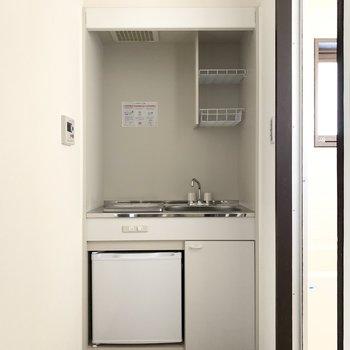 ミニ冷蔵庫つき。大きな冷蔵庫を持ちこむなら洋室に!