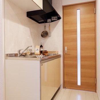 キッチン横に冷蔵庫が置けます※家具はサンプルです