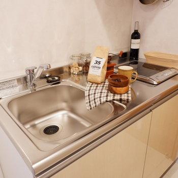 コンパクトにまとまったキッチン※家具はサンプルです