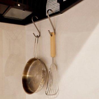 S字フックを付けて調理器具を下げておくのもいいですよ※家具はサンプルです