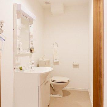 トイレは奥の方に※家具はサンプルです