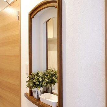 かわいらしい鏡で、身だしなみを整えて※家具はサンプルです