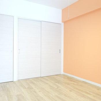 収納付きの洋室は6帖の広さ。 子どもが喜びそうな壁の色!