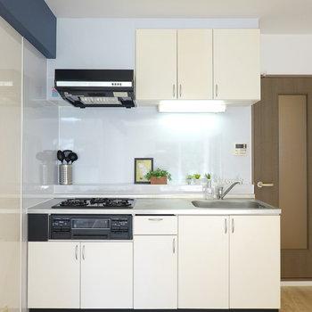 キッチンは白く、シンプルです。