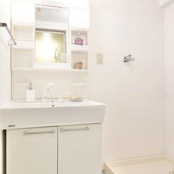 洗面台と洗濯機置き場のセットなので便利。 よく見るとトイレと同じ床だ!