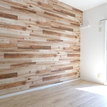 もう1室の洋室は、木目が目印! 日当たりも良いので、是非夫婦ふたりの寝室に。