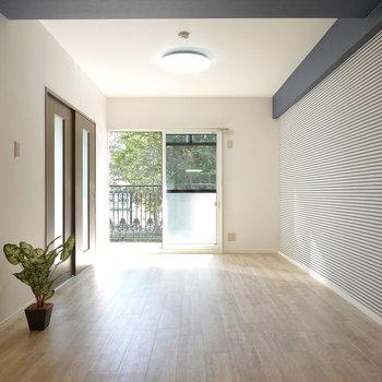 キッチン側から。南向きなので光がたくさん入ってきて、いつでも過ごしたくなるお部屋。
