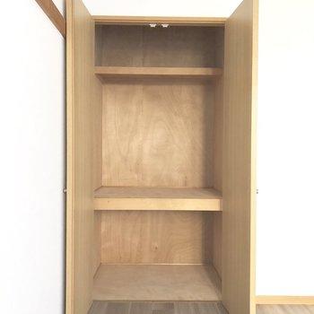 【洋室南】ラックなどを置いて収納率アップ&整理整頓。※写真は前回募集時のものです