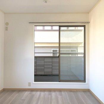 【洋室北】家具の配置がしやすそうなお部屋です。※写真は前回募集時のものです