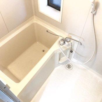 お風呂は少々コンパクトな印象。掃除もラクラク。※写真は前回募集時のものです