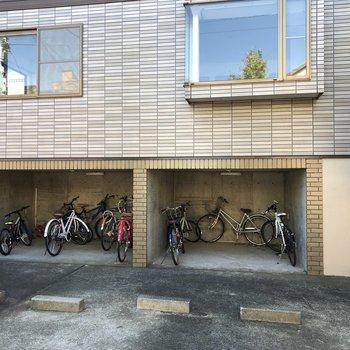 駐輪場の上が今回紹介したお部屋です。