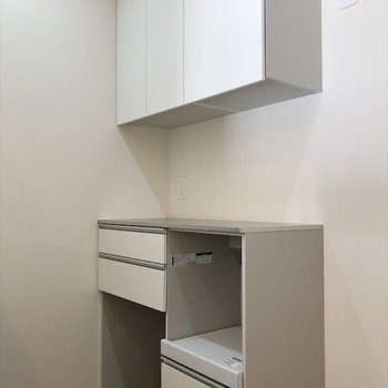 食器や炊飯器置きに最適な収納棚付き。