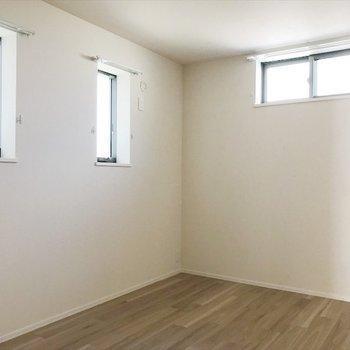 3つの窓があるお部屋は寝室に。