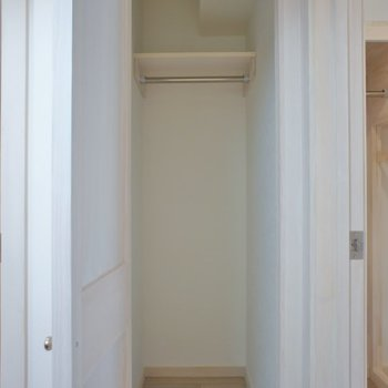 廊下にクローゼットがあります。