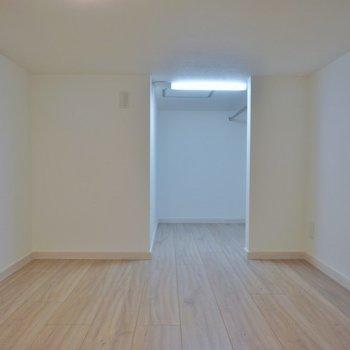 天井高もあるので寝室に。