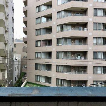 眺望は道路を挟んでマンション。