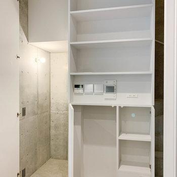 【地下1階】階段横にも棚と、階段下に収納があります。※写真は前回募集時のものです