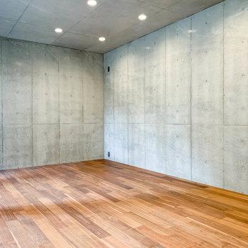【地下1階】天井や壁にはふんだんにコンクリート打ちっ放しをあしらって。※写真は前回募集時のものです