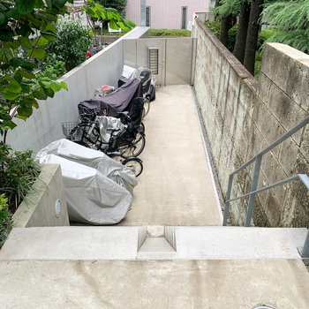 階段を数段降りるとエントラスへ。