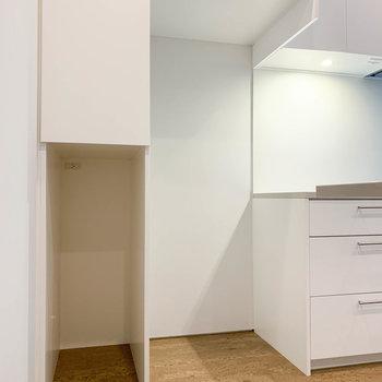 【地下1階】キッチン左側に、冷蔵庫置き場と棚があります。※写真は前回募集時のものです