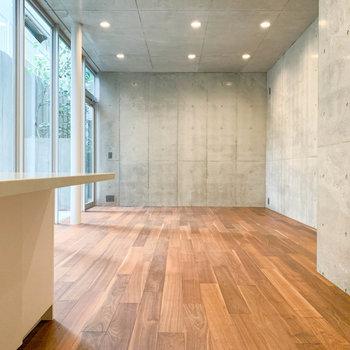 【地下1階】まずは地下1階のリビングから。※写真は前回募集時のものです