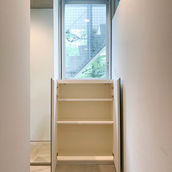 【1階】隣にも棚があります。※写真は前回募集時のものです